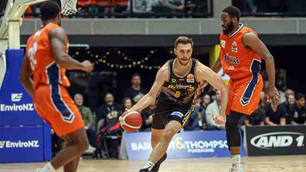 Bulls storm to late win