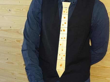 HOW TO: Zo bouwt u een mooie houten stropdas met glow-in-the-dark hars vulling! DIY