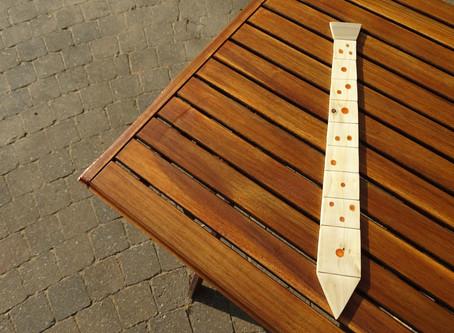 COME FARE: Realizzare una splendida cravatta in legno ripiena di resina che brilla nel buio! Fai da
