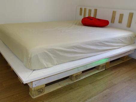 Un simpatico letto matrimoniale in pallet fai da te per meno di 100 euro // Design moderno
