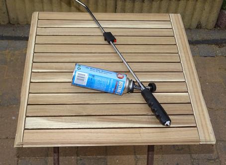 Proteggere il tuo tavolo da esterno dal gelo dell'inverno bruciandolo! Cosa???
