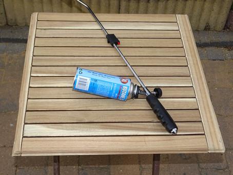 Het beschermen van jouw tafel buitenshuis tijdens de winter door deze in brand te steken! Wat???
