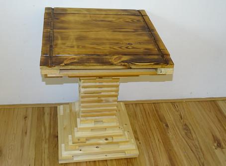 Una mesa hecha de madera de desecho...