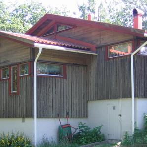 Fritidshus på kuperad tomt