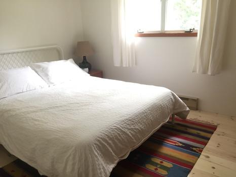 idylwild cottage - cedar room - queen bed