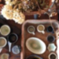 手作りの作家ものの陶器・磁器の食器・うつわを販売。海外のうつわや暮らしの道具も販売。河内啓(岐阜)のマグカップ、オーバル皿、変形豆皿。店内には植物・グリーンも多いです。のんびりゆったりしにどうぞ。