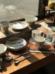 手作りの作家ものの陶器・磁器の食器・うつわを販売。海外のうつわや暮らしの道具も販売。矢倉藍子(兵庫)の磁器に絵付けした作品。ベンガラで絵付け(鉄絵)したり、呉須で絵付け。ギフト・プレゼントにいもいかがでしょうか。可愛らしくユーモアのある絵。