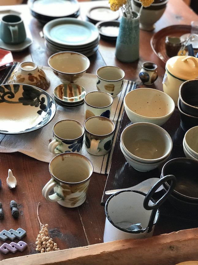沖縄の玉元工房の陶器。呉須と鉄による絵付け。皿・マグ。