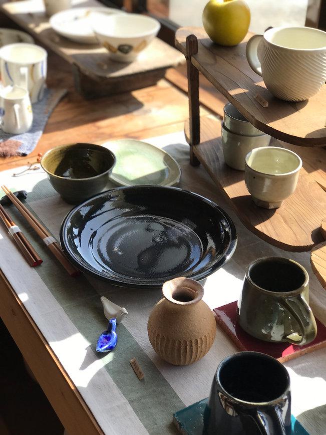 大江憲一の箸置き。渡邉由紀のmマグカップと7寸皿。大谷哲郎の花器。中田光のそばちょこ。
