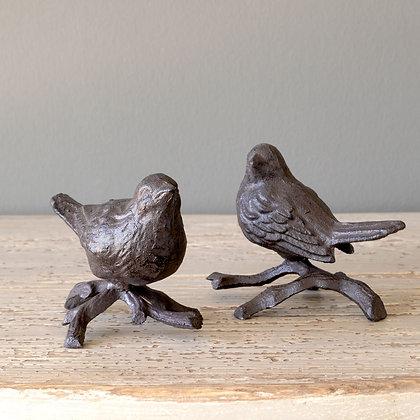 Pájaro de hierro forjado en rama