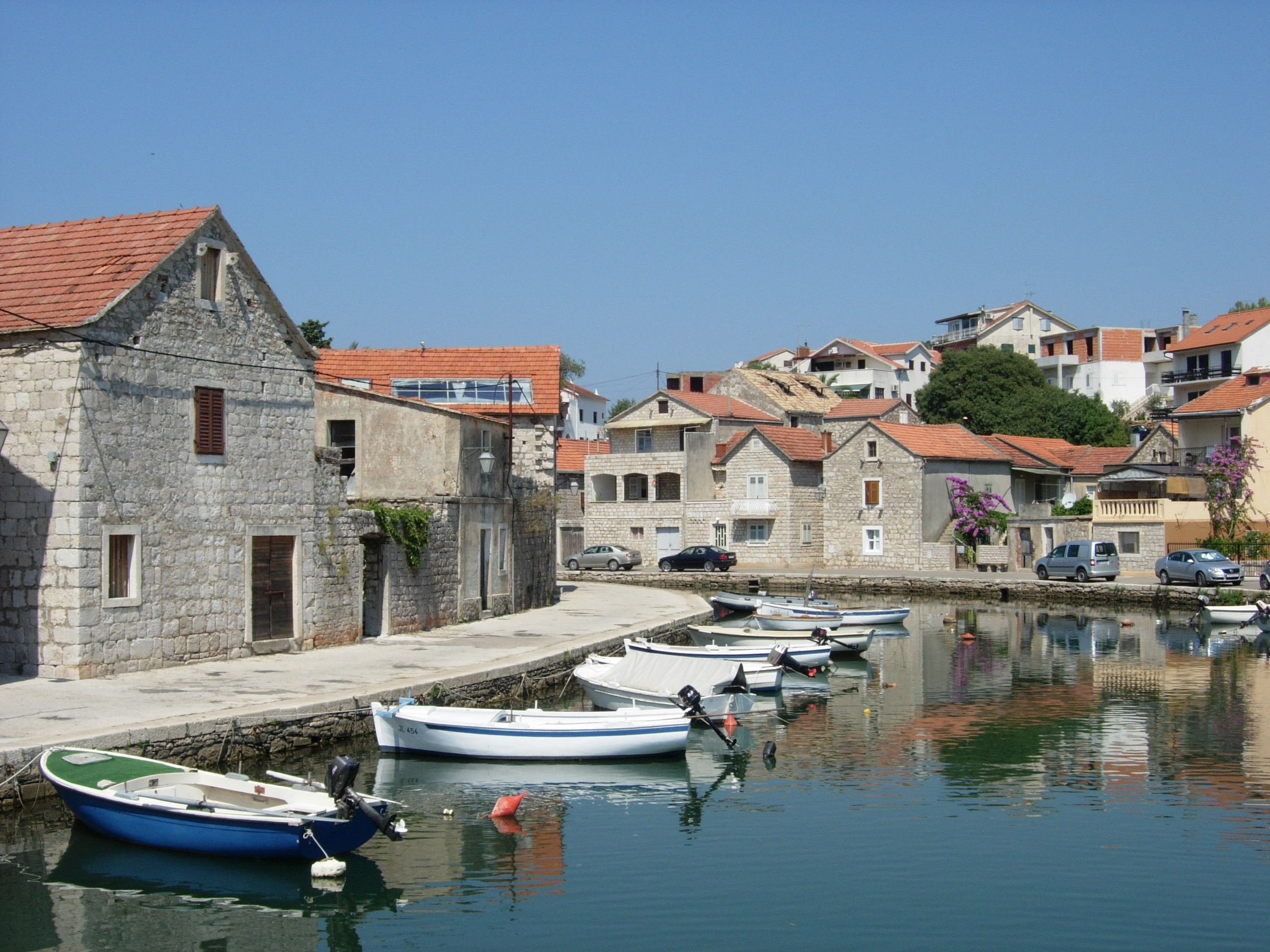 Boats_in_the_canal_of_Vrboska