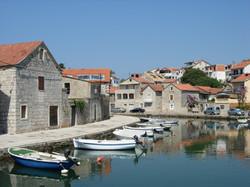 Boats_in_the_canal_of_Vrboska