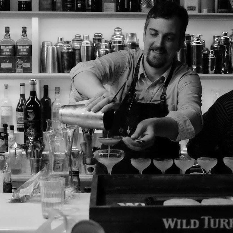 Аександр Старушко бармен миксолог за работой в баре, жюри МедиаБармена-2018