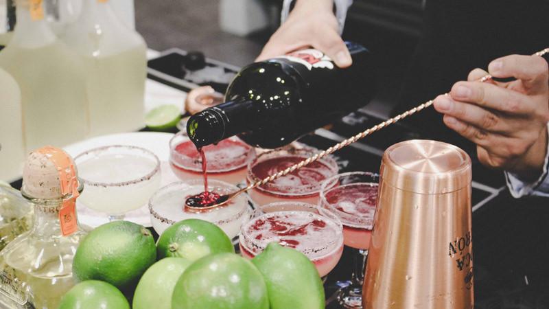 приготовление коктейля вино флоат он топ on top шейкер барная ложка бармен за работой лайм патрон текила маргарита вино коктейльная рюмка кокнкурсный коктейль барный конкурс рим ободок соль сахар