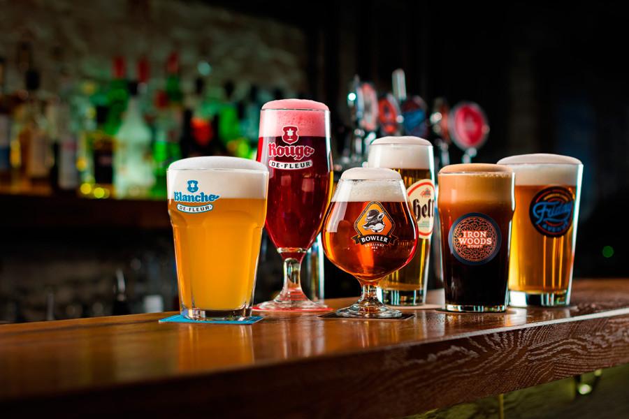 пиво необычные  бокалы с крафтовым пивом крафт деревянная барная стойка лагер стаут крик бланш эль Bowler Brilliant Ale Rouge de Fleur Juniper IPA Kwartel Brune Мango KWARTEL BLOND Saison Русский Имперский стаут Gletcher Brewery