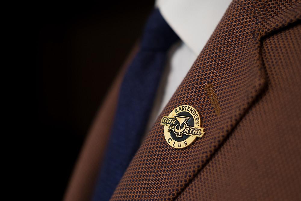 клуб барменов Белоруссии бартендер значок знак отличия пиджак галстук твид рюмка коктейльная бокал изображение на значке