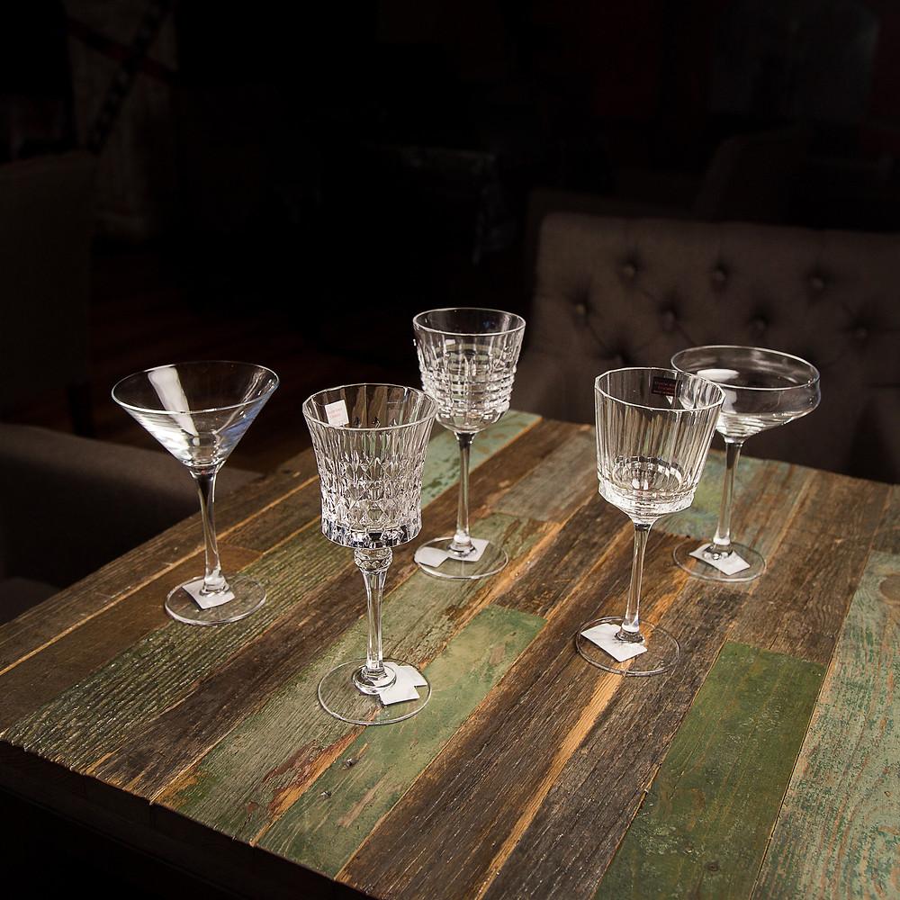 набор профессиональной красивой посуды с разными бокалами