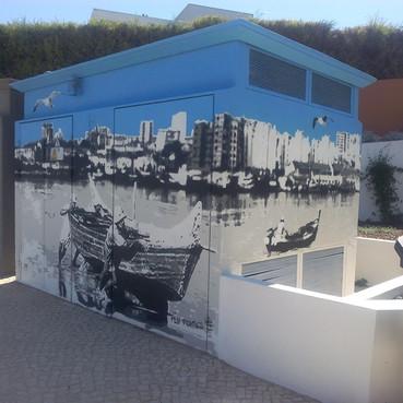 Projecto de arte urbana encomendado. Realizado num posto de Transformação, em Portimão. Técnica: Stencil e Spray.  Urban art project commissioned. Held at a Transformation post in Portimão. Technique: Stencil and Spray.