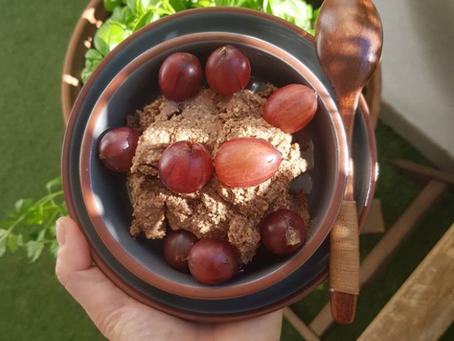 Schoko-Mousse mit Cashews & Stachelbeeren