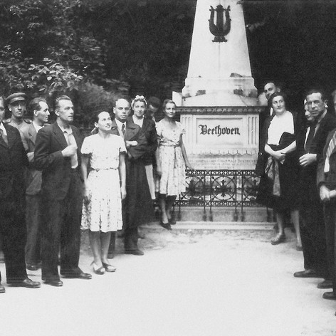 Участники фронтовой бригады Музыкального театра в Вене, у могилы Бетховена. 9 мая 1945