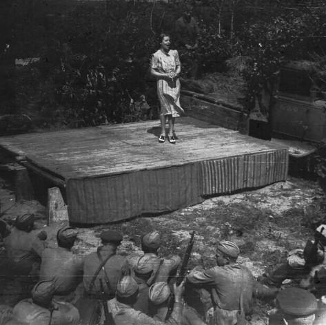 Концерт фронтовой бригады Музыкального театра в расположении подшефной 342-й стрелковой дивизии. Выступает Антонина Кузнецова. Август 1942