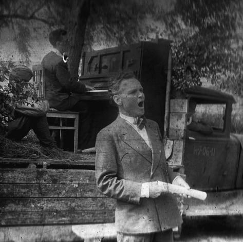 Концерт фронтовой бригады Музыкального театра в расположении подшефной 342-й стрелковой дивизии. Выступает Николай Пермяков. Август 1942