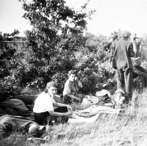 Участники бригады Музыкального театра на Брянском фронте, в перерыве между выступлениями. Август 1943