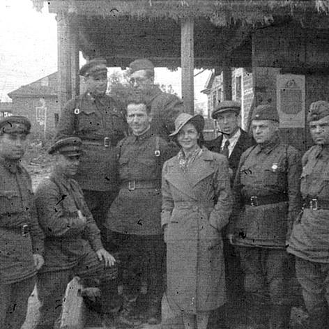 Артисты Музыкального театра Татьяна Кутасова, Михаил Тюремнов и Иван Ошанин прибыли в подшефную 342-ю стрелковую дивизию. Июнь 1942