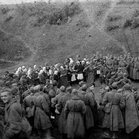 Танцы после концерта фронтовой бригады Музыкального театра в расположении подшефной 342-й стрелковой дивизии. Июнь 1942