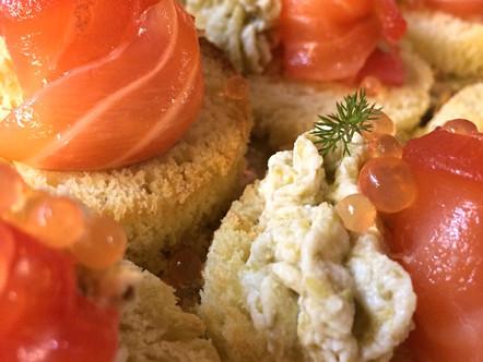 Pan brioche, salmone marinato alla barbabietola, ricotta alle olive e caviale di aperol
