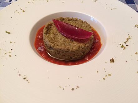 Miglio al pistacchio con cipolla rossa marinata e bagnetto di peperoni rossi
