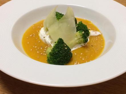 Uovo in camicia, crema di zucca, broccoli, pecorino e semi di sesamo