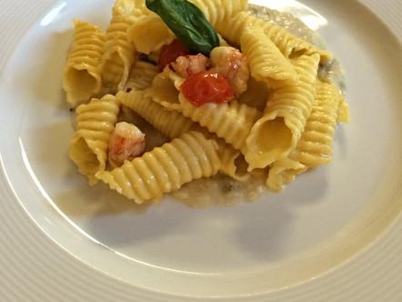 Garganelli con gamberoni, pomodori al basilico e salsa di fagioli alle erbe aromatiche