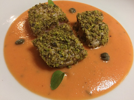 Vitello in crosta di pistacchi su crema di pomodorini e patate