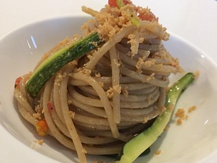 Spaghetti integrali in insalata, zucchine e bottarga