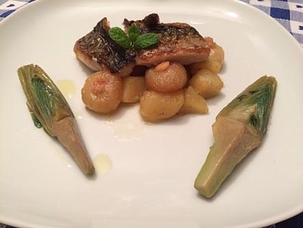 Filetto di sgombro alla piastra con patate, carciofi e cipolline
