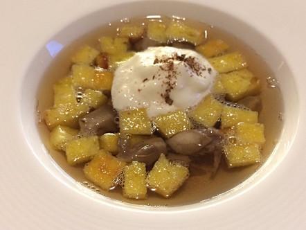 Zuppa imperiale in brodo di porcini e anice stellato con spuma di Parmigiano