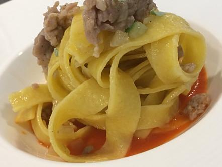 Tagliatelle con salsiccia, piselli e salsa di peperone rosso
