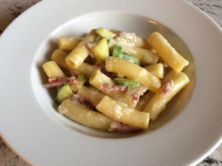 Maccheroni di gragnano con zucchine, speck e colatura di provola affumicata
