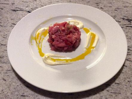 Tartare di manzo con pomodorini confit, salsa di parmigiano e tuorlo d'uovo
