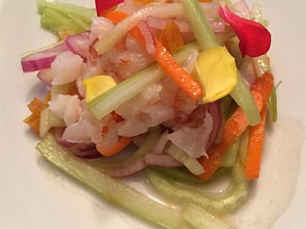 Ceviche di merluzzo e gamberi, insalata di albicocche e vinaigrette di acqua di pomodoro