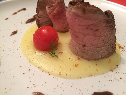 Vitello laccato al vino rosso, crema di patate, pomodorini e bottarga