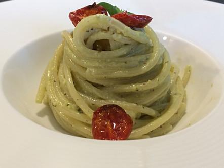 Spaghetti al pesto di pistacchi con pomodorini confit