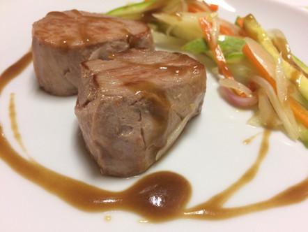Filetto di maialino a bassa temperatura, verdure croccanti e salsa Hoisin