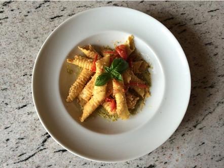 Garganelli al sugo di pomodoro fresco e noci  con crema di zucchine al lime