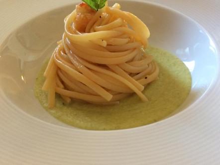 Linguine con gamberoni, su vellutata di zucchine