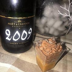 Mousse di cioccolato su gelatina di cachi e cioccolato salato