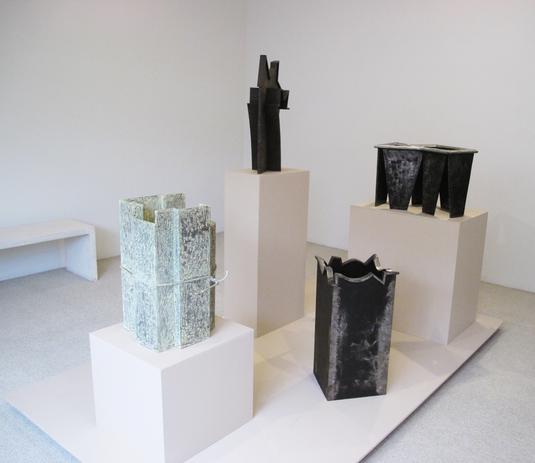 Grupo de esculturas en Galería López Quiroga
