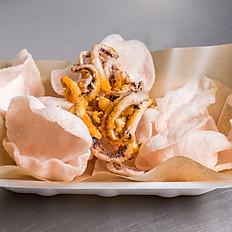 Жареные кальмары с креветочными чипсами