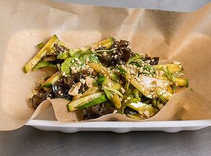 Салат из битых огурцов Огурцы, репчатый лук, древесные чёрные грибы, арахис, кунжутное масло, соевый соус, китайский рисовый уксус, чеснок